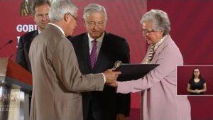 Día del Maestro: AMLO entrega reconocimientos y medalla «Othón Salazar» a docentes