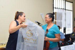 Entrega Seculta vestidos y trajes de gala a la Orquesta Primavera