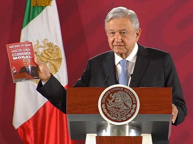 Presenta López Obrador su nuevo libro, base para la 4T