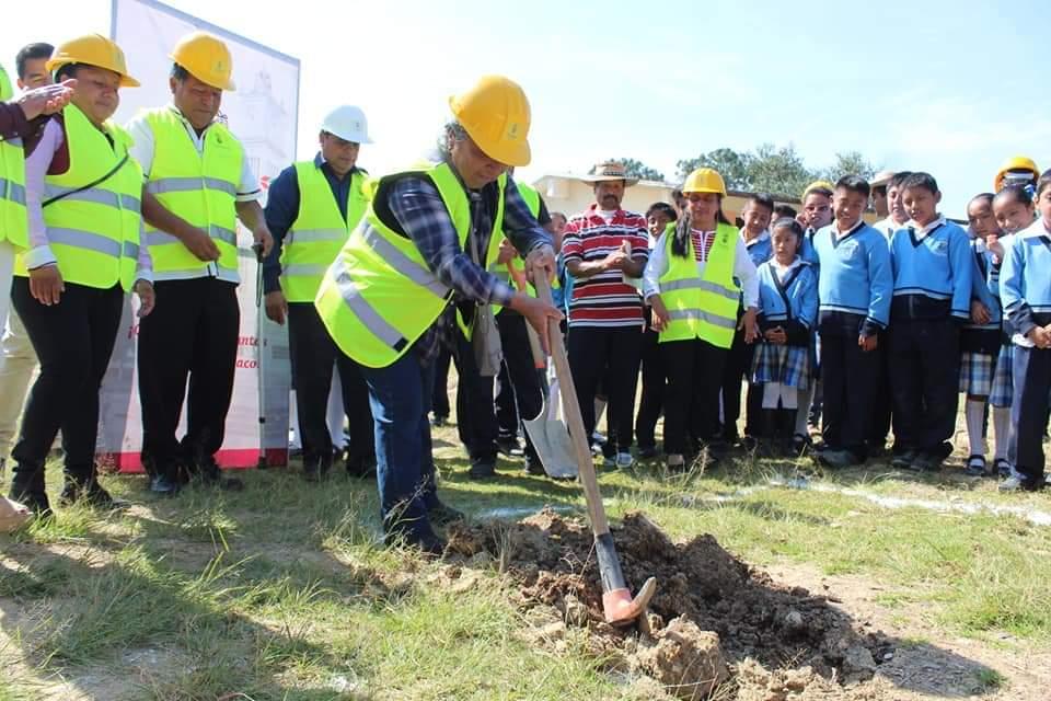 Con la finalidad de seguir fortaleciendo la infraestructura educativa, regidores y edil de Tlaxiaco dieron banderazo de obra en Barrio San Bartolo