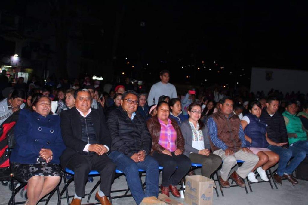 Presidente Municipal y Cabildo llevan a cabo el encendido del árbol navideño
