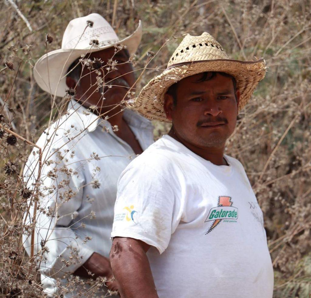 Presidente Municipal y Regidor de Obras, dan banderazo de inicio al mejoramiento del camino a Santo Domingo Huendio