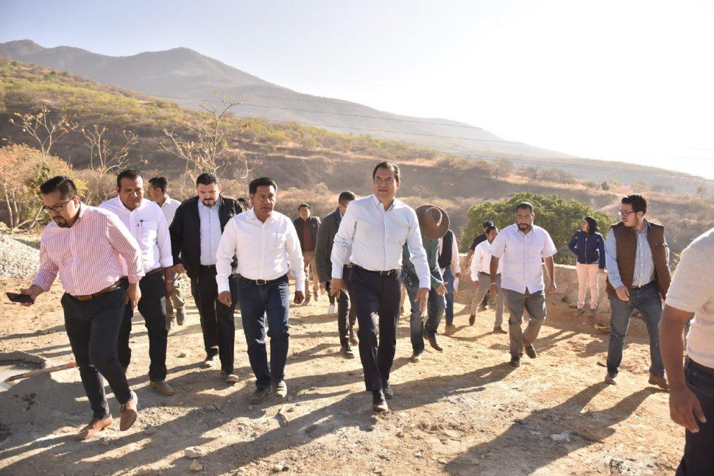 Extiende edil Oswaldo García, cobertura de red de agua potable en la Agencia de Donají